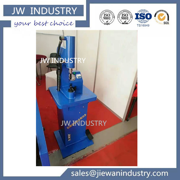 Brake lining riveting device hydraulic